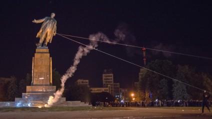 2-2-Lenin-statue-demolished-1024x575
